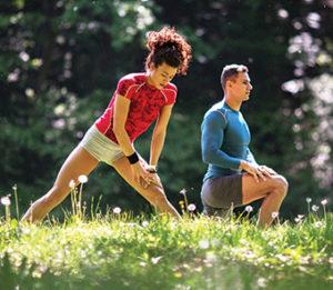 Двойка се разтяга в парка