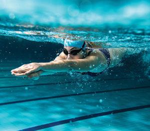 Момиче плува в басейн