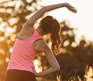 Жена се разтяга преди тренировка