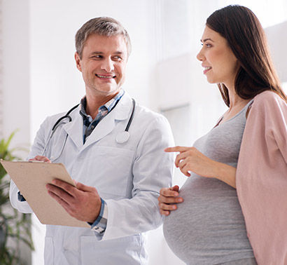 pregnant-woman-with-doctor