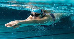 Момиче, което плува в басейн