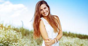 Младо момиче, което е на поляна с цветя