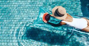 Момиче на басейн