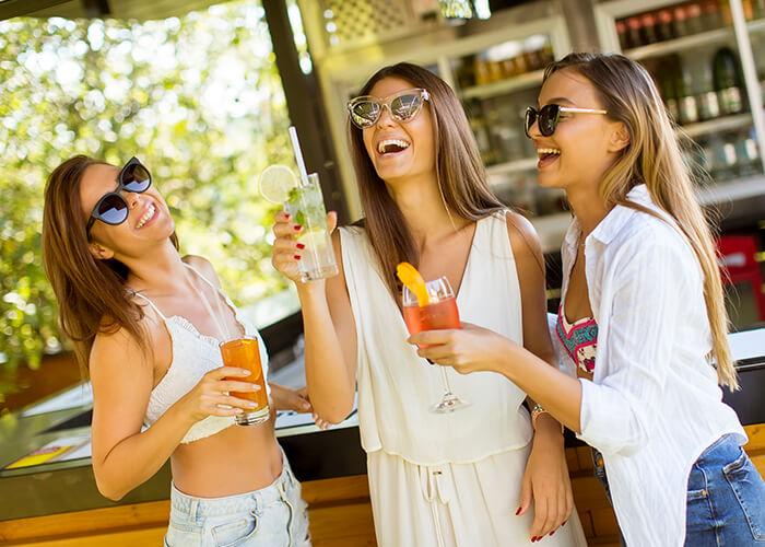 Момичета се забавляват на плажен бар