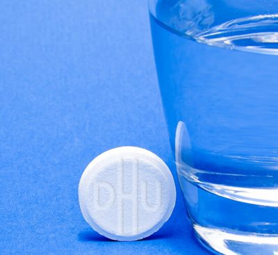 Чаша вода и Шуслерова таблетка до нея