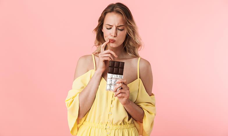 Момиче, което гледа замислено шоколад