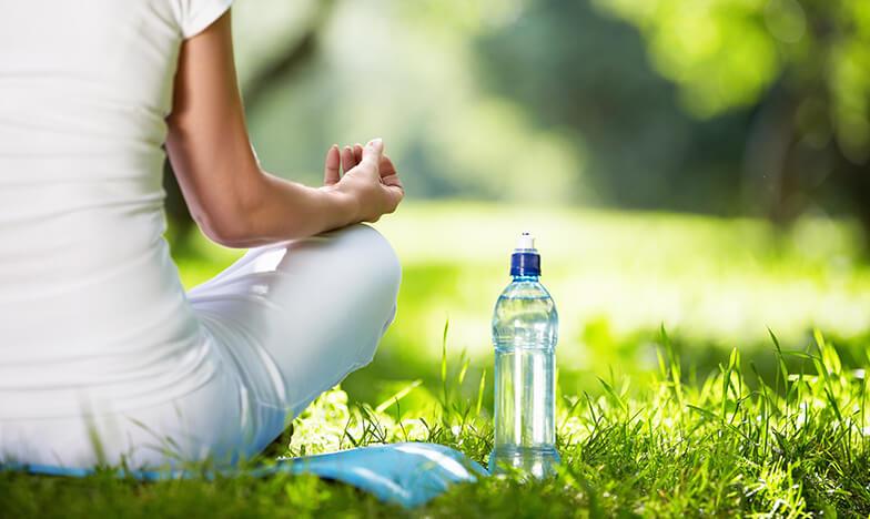 Жена, която практикува йога