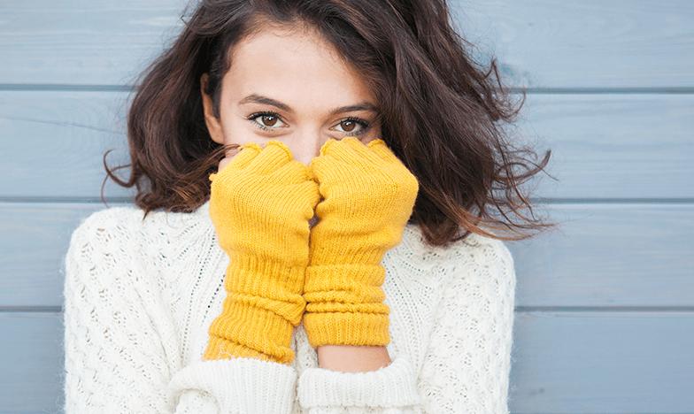 Красиво момиче с ръкавици