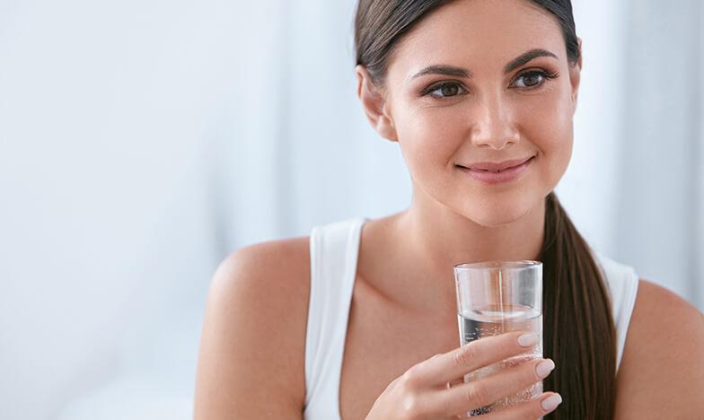 Момиче, което държи чаша вода