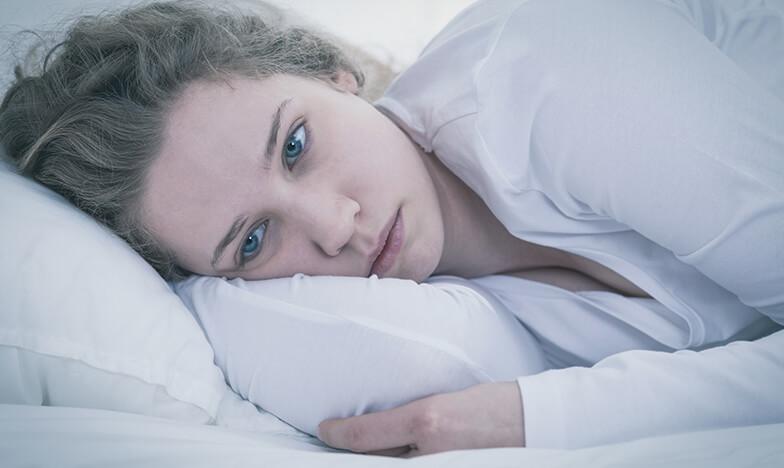 Болно момиче, което лежи в леглото