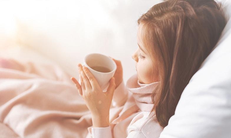Малко момиче, което пие чай