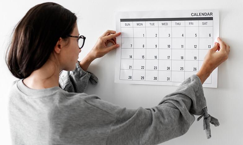 Жена, която гледа календара си.