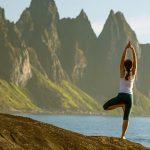 Млада жена, която практикува йога.