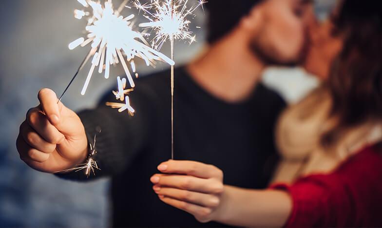Двойка, която празнува Нова година