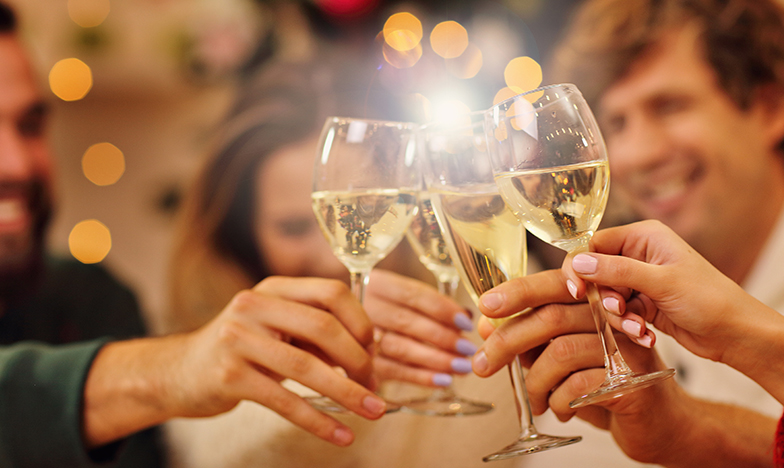 Млади хора, които пият бяло вино