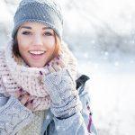 Младо момиче през зимните месеци