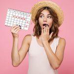 Момиче, което държи календар за менструацията
