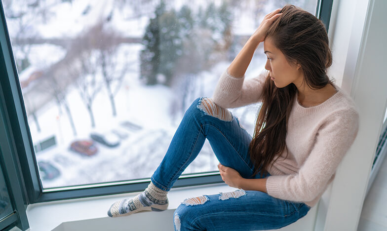 Момиче, което гледа през прозореца
