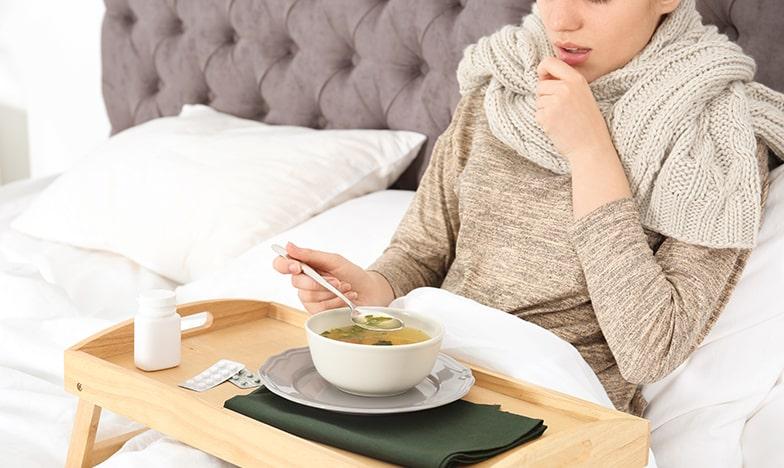 болна жена, която яде супа