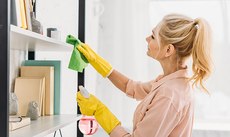 Жена, която почиства прах