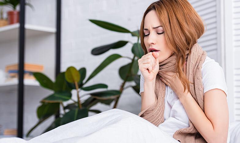 Болна жена с кашлица