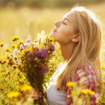 момиче, което се наслаждава на пролетта