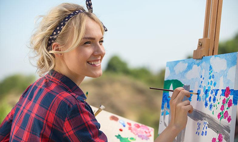 жена рисува