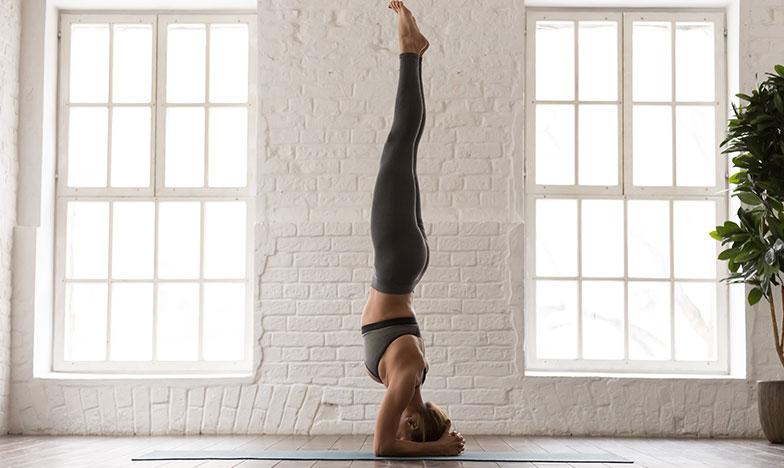 жена практикува йога