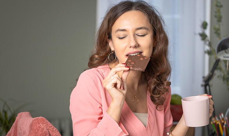Жена яде шоколад и релаксира