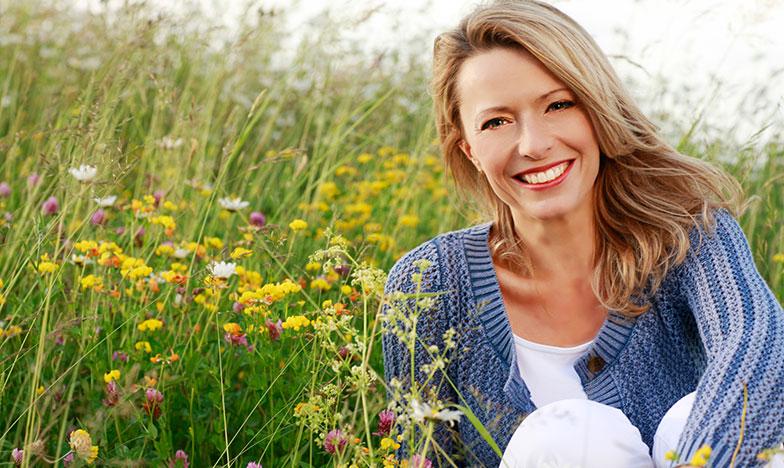 усмихната жена на 40