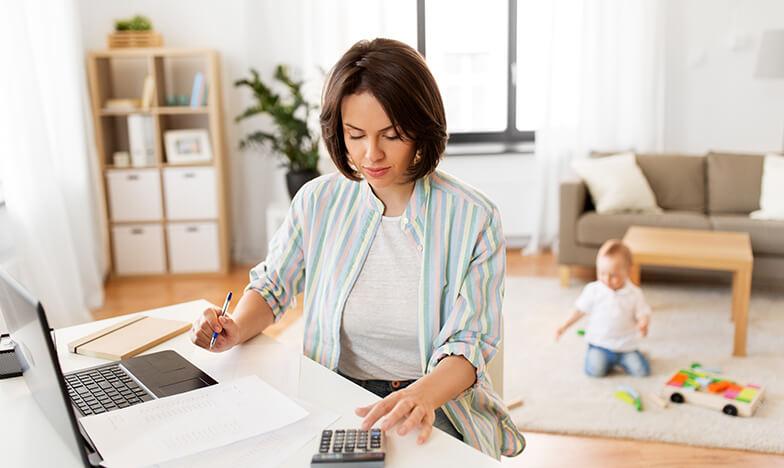 Жена работи от вкъщи, докато дете си играе