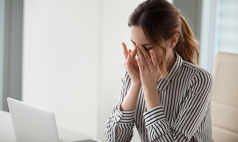 Жена с главоболие се държи за главата