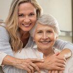 Две усмихнати възрастни жени