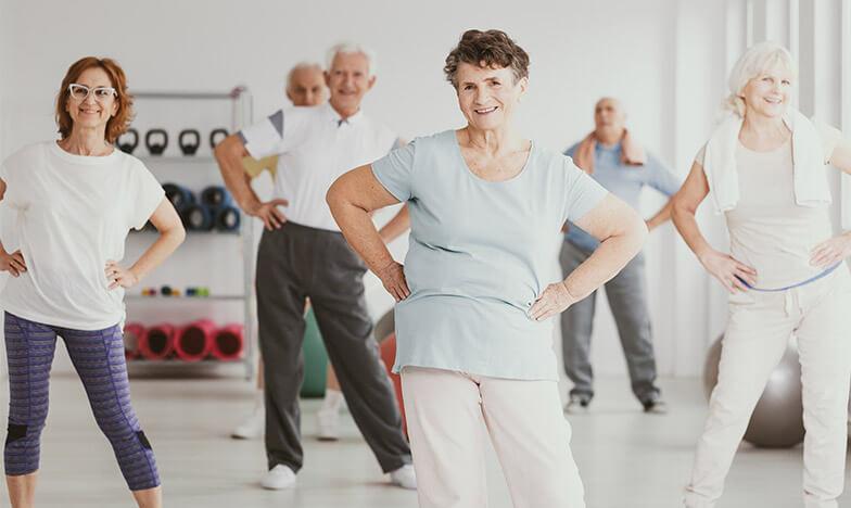 Възрастни хора тренират