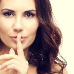 Жена дава знак за тишина, тайна