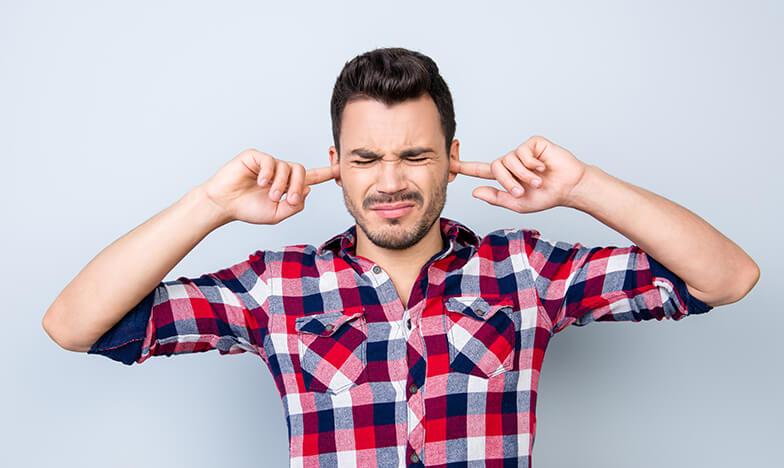 Мъж с главоболие тип мигрена