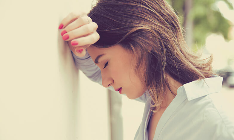 Жена със силно главоболие