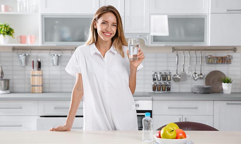 Жена с алергия прави детокс с вода и плодове
