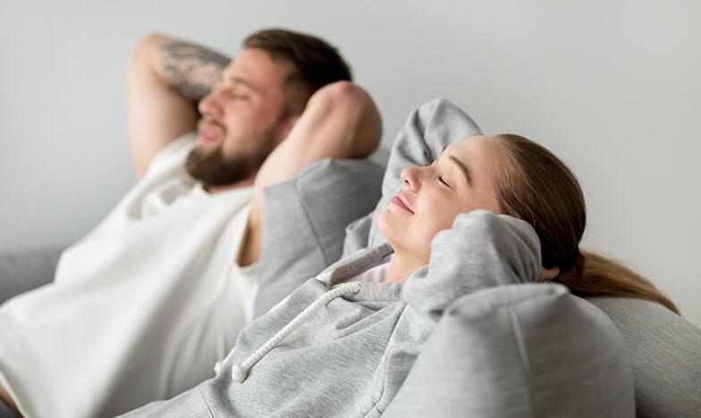 Жена и мъж релаксират при поява на главоболие