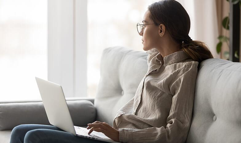 жена гледа през прозорецаи липса на мотивация