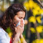 Жена с алергия си духа носа