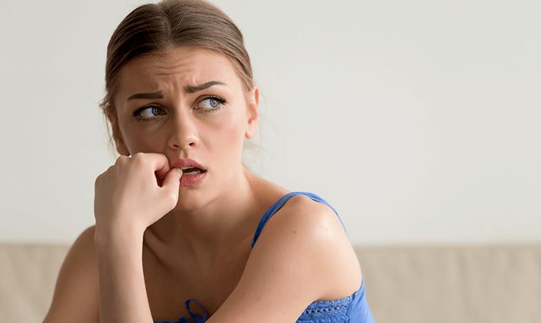 Жена с алергия, която е емоционална