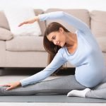 Жена практикува спорт по време на бременност