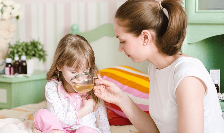 Дете с болки в гърлото при задна хрема пие чай